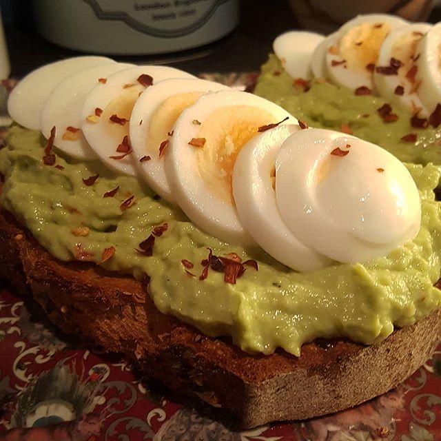 Rostat lantbröd med avokadoröra och kokt ägg