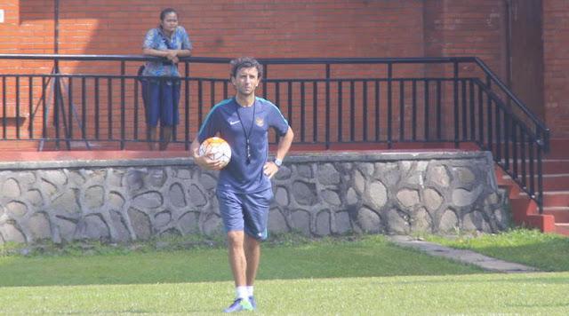 Luis Milla Pantau Laga Semen Padang Vs Arema FC di Malang