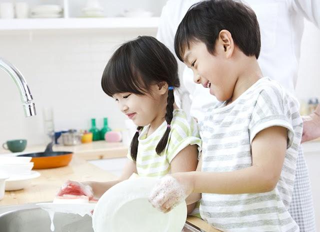 Hal pertama yang perlu kita lakukan adalah memberi penjelasan pada anak bahwa dirinya bertanggungjawab atas perilakunya. Kalau di rumah bisa bersikap baik, maka di sekolah pun harus bersikap baik.