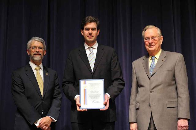 O prof. Steve Jacobsen receve o Presidential Early Career Award for Scientists and Engineers, do diretor para ciência e tecnologia da Casa Branca John Holdren (esq) e do diretor do NSF, Dr. Arden Bement (dir.)