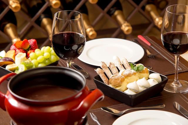 Fondue de queijo, carne e chocolate, além de várias opções na Adega