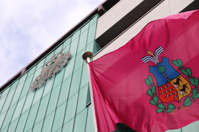 Bandera y fachada del Ayuntamiento