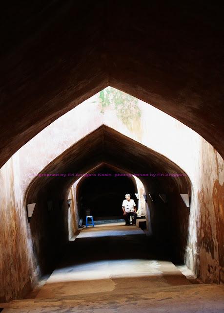 Lorong bawah tanah menuju Masjid Bawah Tanah Sumur Gumuling di Pesanggrahan Taman Sari Keraton Yogyakarta.
