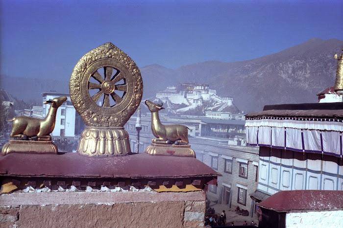 Tibet, Lhassa, Jokhang, Potala, Roue d'or, Dharma, © L. Gigout, 1990