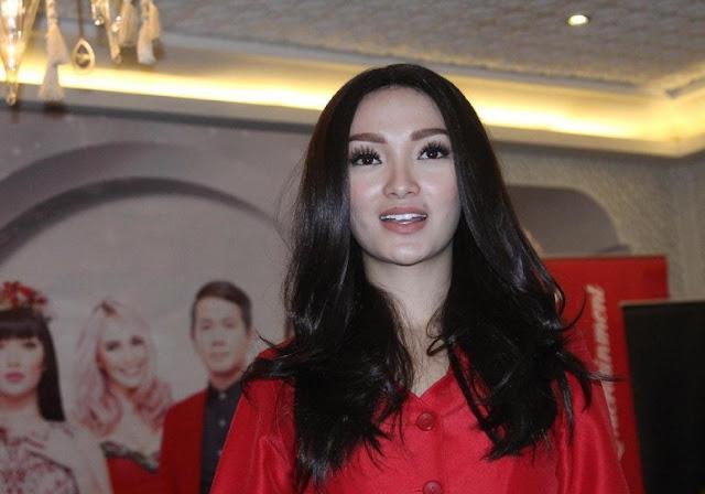 Bokong Zaskia Gotik Dipegang Cowok Lagi, Apa Kata Siti Badriah?