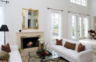 soggiorno con specchio con cornice d'arredo immagine