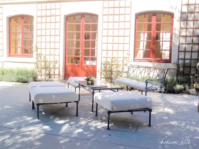 french-style-patio-furniture-at-chenonceau