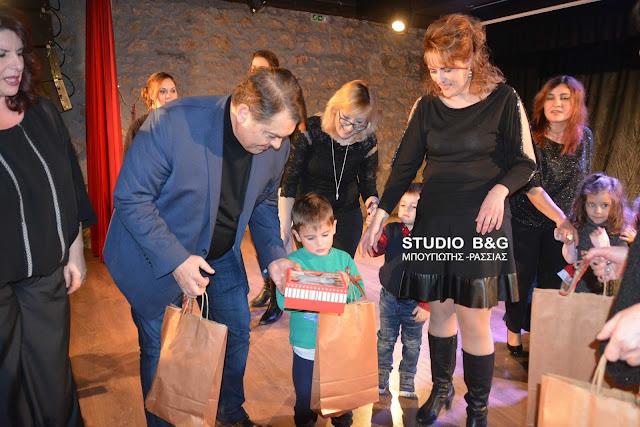 Σε δεκάδες μικρά παιδιά μοίρασε δώρα για τα Χριστούγεννα ο Δημήτρης Καμπόσος