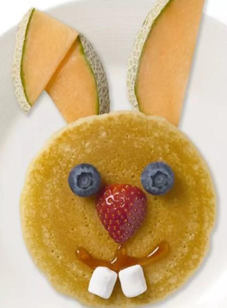 Linda essa panqueca de coelho com algumas frutas, não é mesmo?