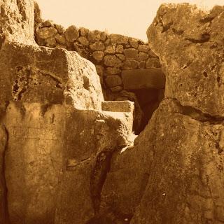 Qenko: Construção de Pedra Junto às Rochas
