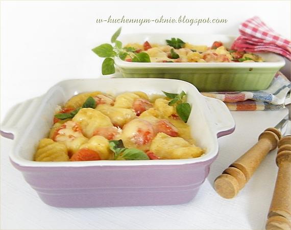 zapiekanka z klusek ziemniaczanych z dodatkiem żółtego sera i pomidorów, smaczne danie jarskie obiadowe