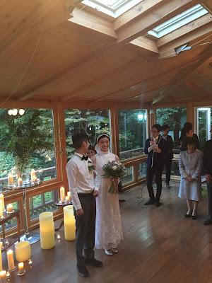 Mika y Daisuke diciendo sus votos matrimoniales