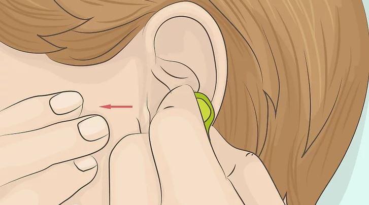 Memegang Kepala Earphone Saat Hendak Melepasnya