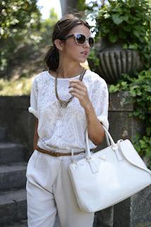 Peça branca é um essencial - calças, t-shirt e mala brancas