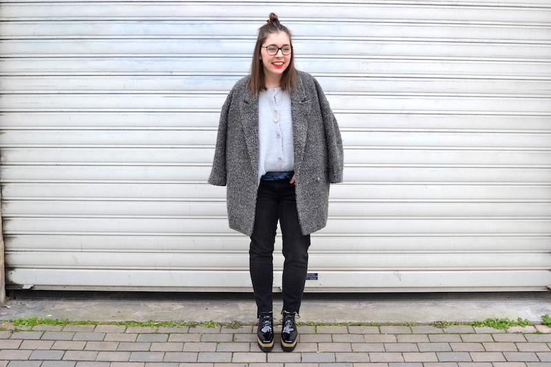 manteau gris chiné H&M, gilet angora Pretty Wire, jean noir Mango, chaussure plateforme Sammydress, foulard Hermés, collier l'atelier d'amaya