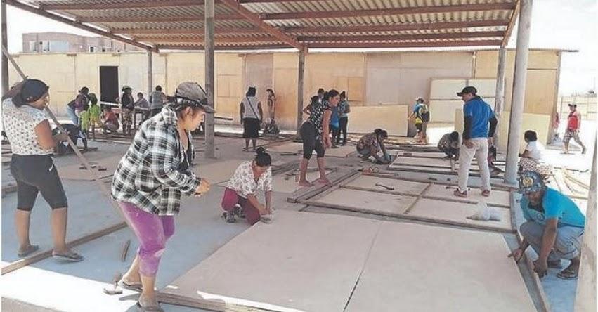 Padres de familia y alumnos construyen su propio colegio en Sechura - Piura