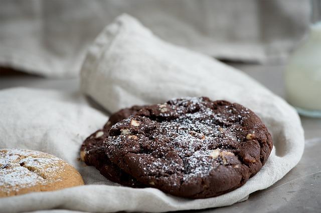 petits gâteaux à l'avoine, au cacao, noisettes, sans gluten, sans oeuf, sans cuisson au four