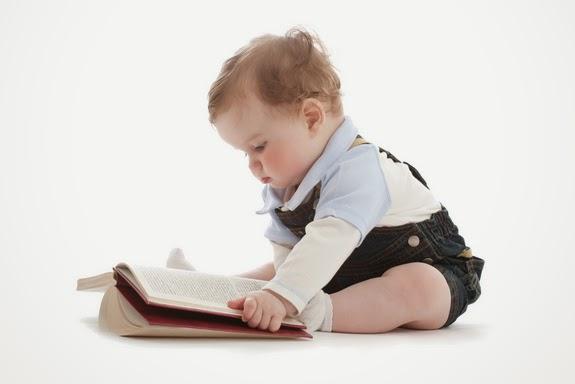 Gratis foto bayi baca buku