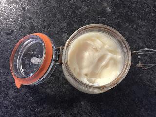 Crème hydratante visage et corps à l'huile de coco et au beurre de karité dans son pot, DIY