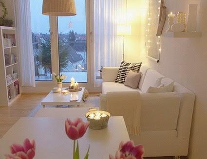 Los sofás junto a la pared para mejorar el espacio