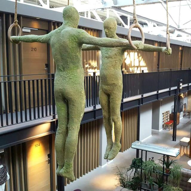 האנשים הירוקים  מבט מהקומה השנייה במלון HOTEL DE HALLEN