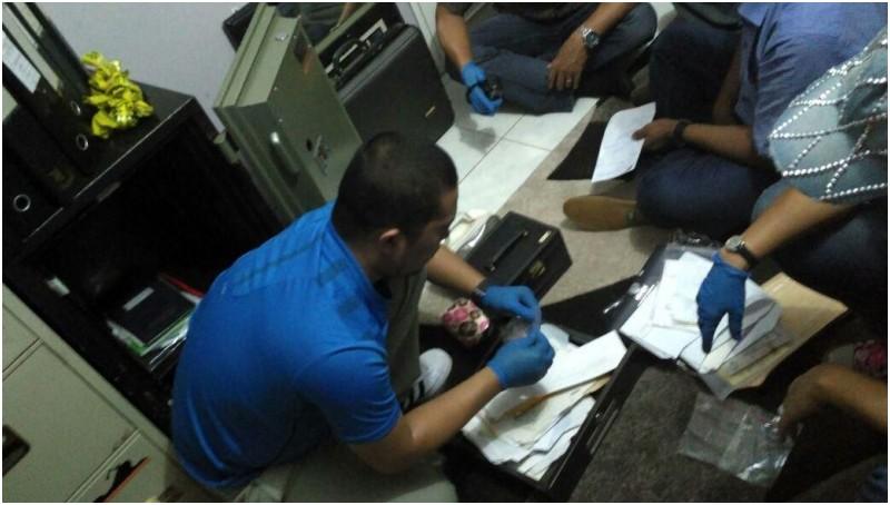 Polisi saat membongkar brankas milik Gatot Brajamusti