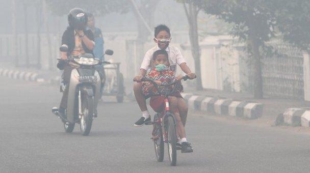 Dalam situs resminya hizbut-tahrir.or.id, Hizbut Tahrir Indonesia mengungkap bahwa kabut asap telah menjadi musibah yang menimpa masyarakat dalam cakupan yang sangat luas. Cakupan musibah kabut asap kali ini paling luas; meliputi wilayah di 12 provinsi, dengan luas jutaan kilometer persegi. Kabut asap pekat terutama menyelimuti wilayah Sumatera Selatan, Jambi, Riau, Kalimantan Barat, Kalimantan Tengah dan Kalimantan Selatan. Di Sumatera, kabut asap menyelimuti 80 persen wilayahnya (Kompas, 5/9).  Kabut asap itu disebabkan oleh kebakaran yang menghanguskan puluhan ribu hektar hutan dan lahan. Kebakaran menghanguskan lebih dari 40.000 hektar lahan di Jambi. Sebanyak 33.000 hektar yang terbakar adalah lahan gambut. (Kompas, 9/9).  Kementerian Lingkungan Hidup dan Kehutanan (KLHK) mencatat, luas area yang mengalami kebakaran di Kalimantan Tengah (Kalteng) mencapai 26.664 hektar (Kontan.co.id, 27/9).     Kerugian Sangat Besar  Total nilai kerugian akibat bencana asap pada tahun 2015 belum bisa dihitung. Namun, berdasarkan data BNPB, kerugian pada tahun 1997 saja, yaitu mencapai 2,45 miliar dolar AS. Menurut Kepala BNPB Willem Rampangilei, kerugian akibat kebakaran lahan dan hutan serta bencana asap di Riau tahun 2014 lalu, berdasarkan kajian Bank Dunia, mencapai Rp 20 triliun.  Saat ini, di Jambi saja—akibat pencemaran udara yang timbul oleh kabut asap, dampak ekologis, ekonomi, kerusakan tidak ternilai dan biaya pemulihan lingkungan—kerugian diperkirakan Rp 2,6 triliun. Nilai kerugian itu belum termasuk kerugian sektor ekonomi, pariwisata dan potensi yang hilang dari lumpuhnya penerbangan.  Bencana kabut asap juga telah menyebabkan bencana kesehatan massal. Sebanyak 25,6 juta jiwa terpapar asap, yaitu 22,6 juta jiwa di Sumatera dan 3 juta jiwa di Kalimantan. Puluhan ribu orang menderita sakit. Hingga 28/9, di Riau saja tercatat 44.871 jiwa terjangkit Infeksi Saluran Pernapasan Akut/ISPA (Riau Online, 28/9). Jumlah itu masih mungkin akan bertambah. Jumlah itu belum ditam