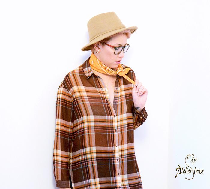 look con sombrero y pañuelo