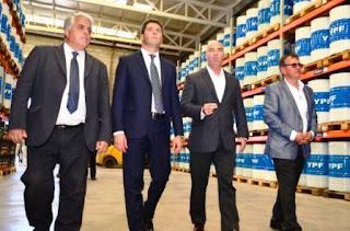 Recorrida: Barceló, Capdemont, Uñac y Diaz Cano ayer recorriendo uno de los gigantes galpones de la nueva base de YPF en la ruta 40 frente al estadio de fútbol.