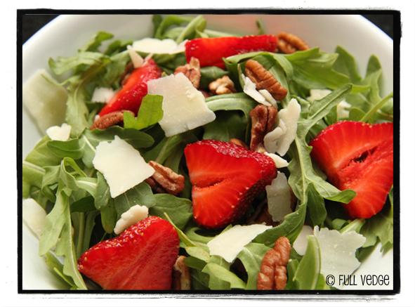 salade de roquette aux fraises aux pacanes et l asiago vinaigrette au miel full vedge. Black Bedroom Furniture Sets. Home Design Ideas
