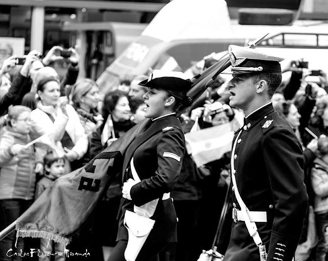 Abanderado y escolta desfilando en el Bicentenario de la Independencia Argentina en Buenos Aires