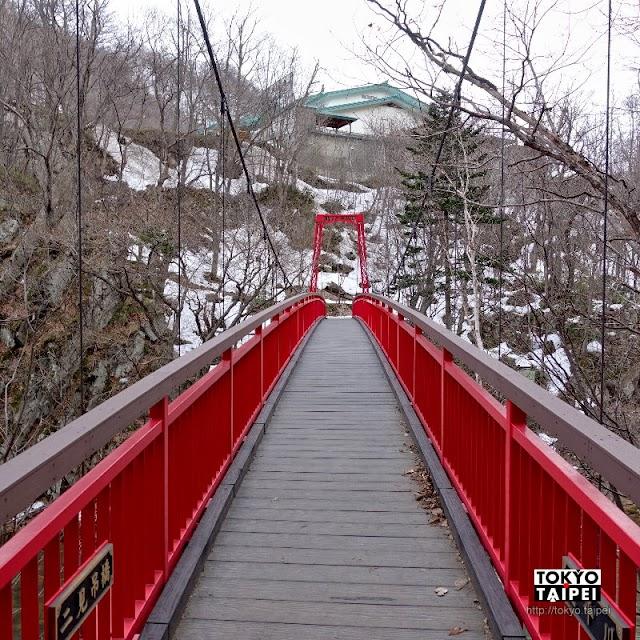 【定山溪二見公園】參見河童大王 走過跨越小溪的吊橋