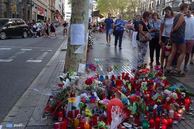 pequeños altares por las víctimas del 17 de agosto