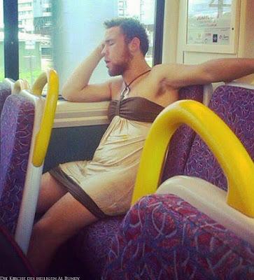 Nach Party im Kleid nach Hause fahren - Bus lustig