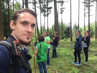 Ich mache ein Selfie. Im Hintergrund das Fernsehteam und die Naturführerin Edda