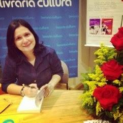 Escritora Karina Dias, autora do livro As Rosas e a Revolução