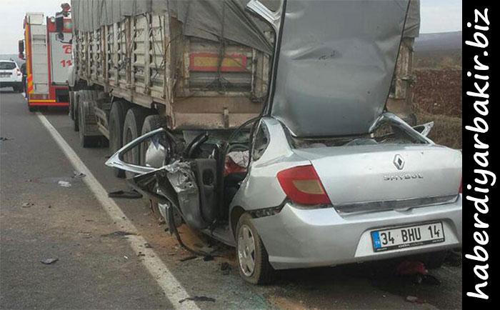 DİYARBAKIR- Diyarbakır'ın Bismil karayolunda yol kenarında park halindeki TIR'a çarpan otomobildeki 4 kişi hayatını kaybetti.