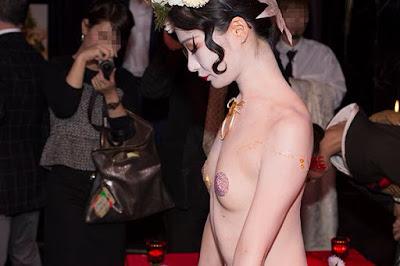 Cận cảnh bàn tiệc xa hoa trên cơ thể nude 5