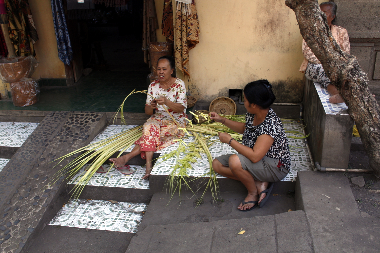 Mujeres haciendo labores artesanales en Tenganan