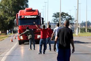 Após sete horas de reunião, o governo federal anunciou na noite desta quinta-feira (24) que chegou a um acordo com os caminhoneiros para encerrar a greve