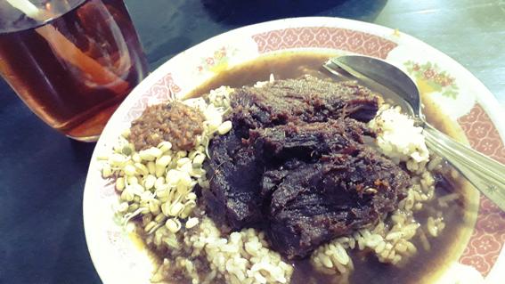 Rawon Rosobo Mojoagung, khas dengan irisan daging sapinya yang besar-besar.