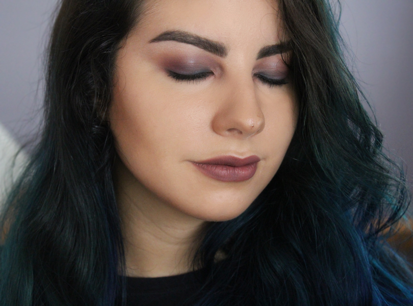 daytime light natural grunge makeup look maroon red blue navy makeup geek eyeshadows mac cosmetics ocean breeze bitten lolita kat von d everlasting liquid lipstick tutorial look fotd