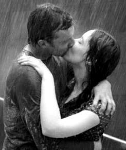 Foto del beso de novios en la lluvia