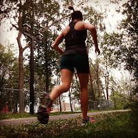Coureuse, arbres, parc de la Merci, l'été