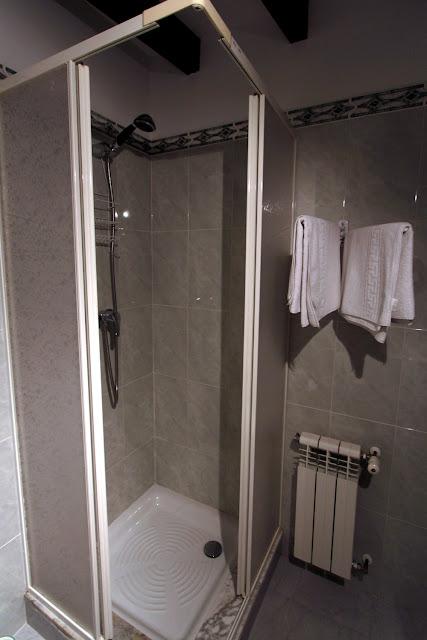 Vista del baño II de una habitación de la Posada Peña Casares