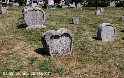 Több szív alakú sírkő Balatonudvariban