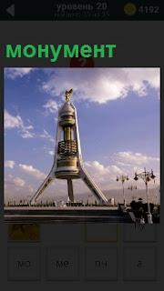 На площади установлен необычный монумент, который осматривают люди
