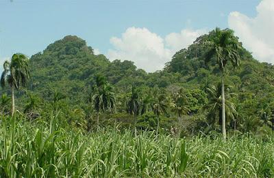 Elevación montaña conocida como Las Tetas de Teresa, muy próxima a la entrada de esta urbe, parecen dar la bienvenida a todo el que llega a la Ciudad Primada.a.
