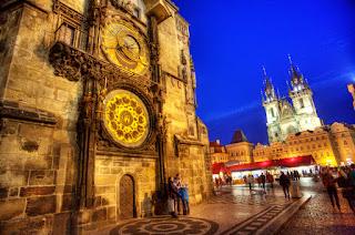 Kota ini Apakah Dibuat untuk Pejalan Kaki Cara terbaik untuk mengalami ini istana, batu-batuan dan kebun adalah dengan sepasang sepatu yang baik, berjalan melalui empat kabupaten utama yang mengangkang kedua sisi Sungai Vltava: Kota Baru (Nove Mesto), Old Town (Stare Mesto) dan Yahudi Quarter (Josefov) di tepi timur, dan Little Quarter (Mala Strana) di tepi barat dalam bayang-bayang Prague Castle. Tur Anda dimulai di New Town di Wenceslas Square, Prague`s boulevard utama yang dimulai sebagai pasar kuda 600 tahun yang lalu. Museum Nasional besar dan Opera Negara mendominasi alun-alun, melindungi Anda dari matahari pagi saat Anda berjalan utara ke Old Town Square, sebuah pusat sejarah yang mendalam Praha. Di sini Anda dapat menatap santai masa lalu pengamen dan melakukan anjing ke Gereja Our Lady sebelum Tyn, jam astronomi dan Gereja St. Nicolas indah sambil menyeruput latte akhir-pagi di kafe outdoor