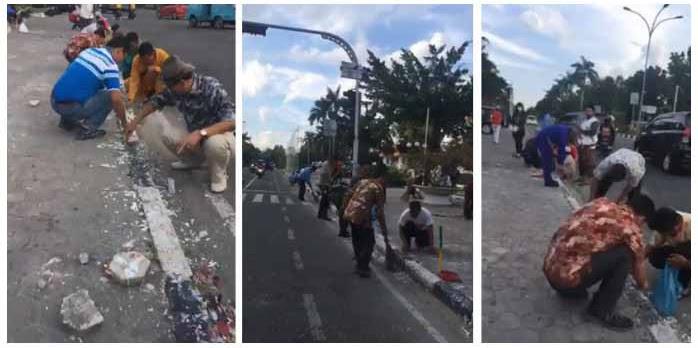 Umat Islam Gotong Royong Bersihkan Trotoar Dari Kotoran Kerak Lilin Bekas Demo Pendukung Ahok